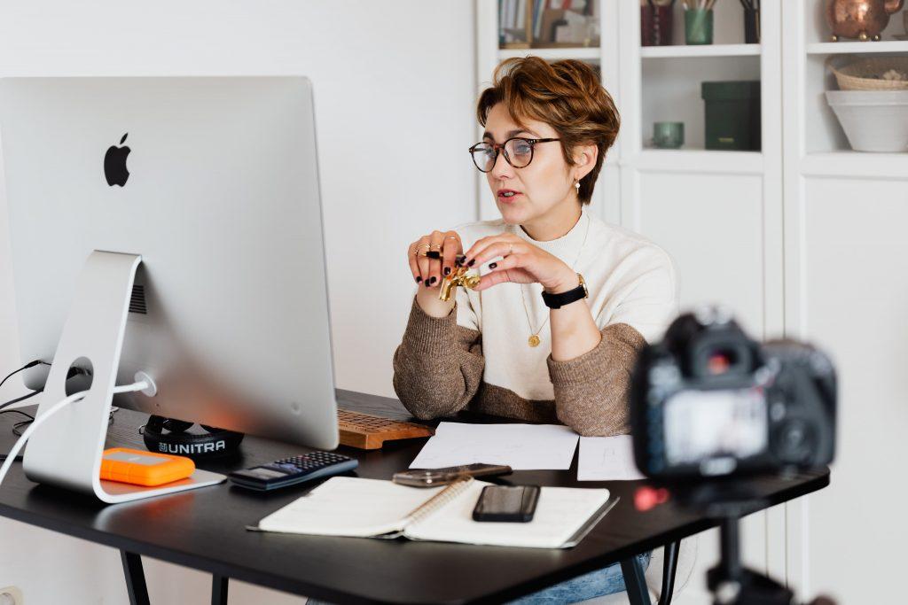 Eine Frau nimmt gerade ein Video auf.