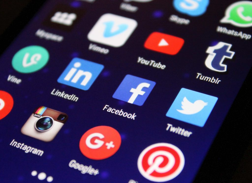 Smartphone mit Social Media Symbolen